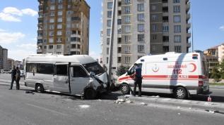 Servis minibüsü elektrik direğine çarptı