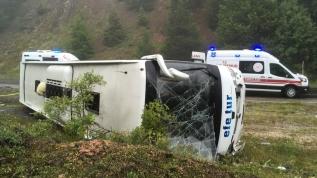 Yolcu otobüsü devrildi, 13 kişi yaralandı