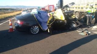 Feci kaza! Otomobil tıra arkadan çarptı, 3 kişi hayatını kaybetti