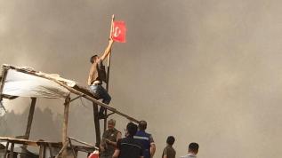 Köyde yangın çıktı, bayrağı alevlere teslim etmediler