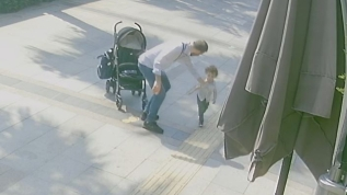 Küçük çocuğa sokak ortasında kan donduran şiddet... O anlar saniye saniye kaydedildi