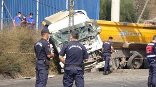İki kamyon çarpıştı, bir kişi hayatını kaybetti