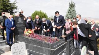Neşet Ertaş mezarı başında anıldı