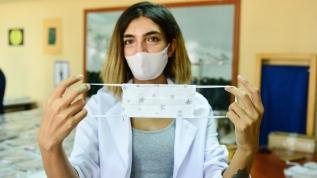 Usta öğreticiler öğrenciler için yıkanabilir maskeler üretiyor