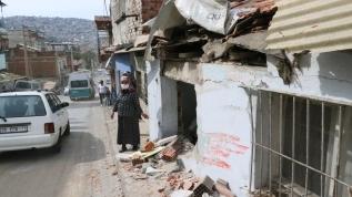 Kontrolden çıkan belediye otobüsü evlere çarptı