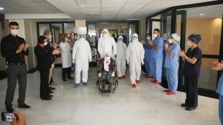 Koronavirüsü atlatan 10 yaşındaki Fatma nine evine uğurlandı