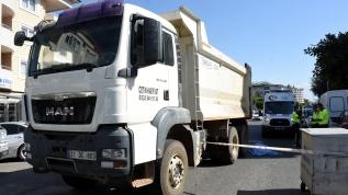 Hafriyat kamyonunun altında kalan bisiklet sürücüsü öldü