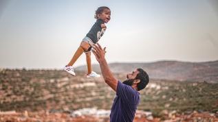 Türkiye'de protez bacaklarına kavuşan Muhammed bebeğin yüzü artık gülüyor
