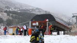 Yerli ve yabancı turistlerin kar altında kayak heyecanı