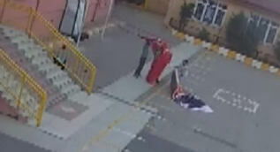 Küçük çocuklar yere düşen Türk bayrağını böyle kaldırdı