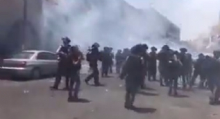 Kudüs'te İsrail askerleri ses ve gaz bombasıyla Filistinlilere müdahale ediyor