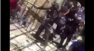 İsrail askerleri Filistinlilere sert müdahalede bulunuyor