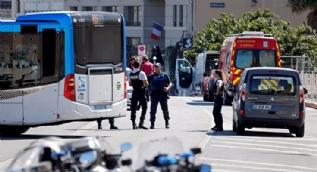 Fransa'da bir araç otobüs durağına daldı