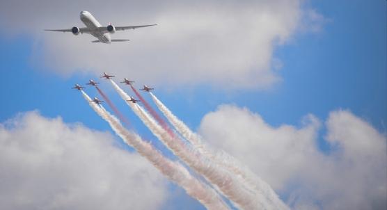 Türk Yıldızları ve THY uçağı birlikte uçtu