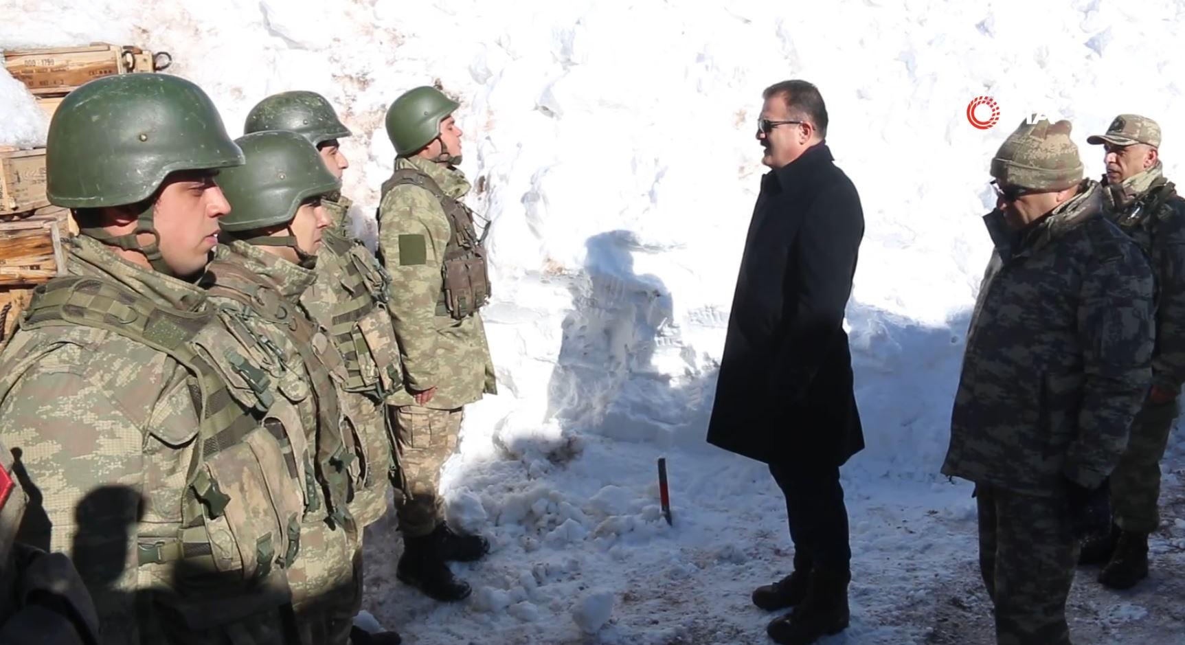 5 metre karda vatan savunması... 'Vatan ve millet için seve seve can vermeye hazırım komutanım'