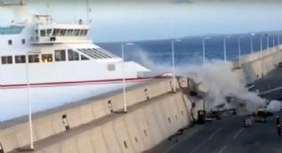 140 kişiyi taşıyan feribot duvara tosladı