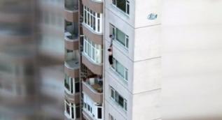 İstanbul Beylikdüzü'nde dehşet anları kamerada... Kocasının ellerinden kayan kadın metrelerce yukarıdan aşağı düştü