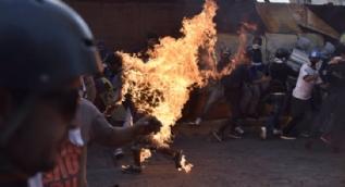 21 yaşındaki gencin üzerine benzin döküp ateşe verdiler