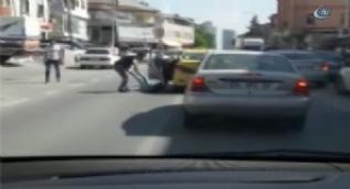 Ümraniye'de taksi şoförü kavga ettiği kadın yolcusunun bacağından tutarak dışarıya attı