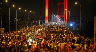 T�rkiye ayakta... Demokrasi n�beti s�r�yor