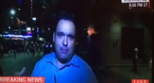 G�stericiler canl� yay�nda CNN muhabirini yere d���rd�