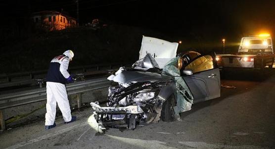 Manisa´da feci kaza otomobil TIR´a çarptı: Ölü ve yaralılar var