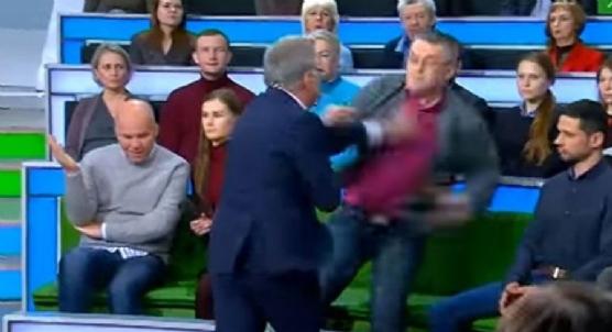 Ukraynalı siyaset bilimci ile Rus program sunucusu canlı yayında kavga etti