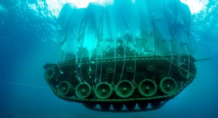 45 tonluk tank, deniz dibine indirildi