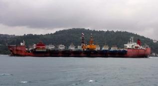 Dev nakliye gemisinin içerisindeki 10 adet gemi ilginç görüntü oluşturdu