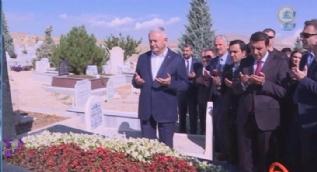 Başbakan Yıldırım Neşet Ertaş'ın mezarını ziyaret etti
