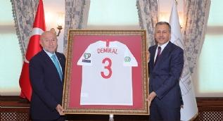 TFF Başkanı Özdemir Vali Yerlikaya´ya Merih Demiral´ın 3 numaralı formasını hediye etti