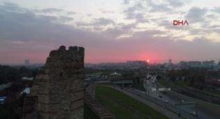 Tarihi surların üzerinden güneş batımı böyle görüntülendi