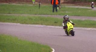 4 yaşındaki motosiklet sürücüsü izleyenleri şoke etti