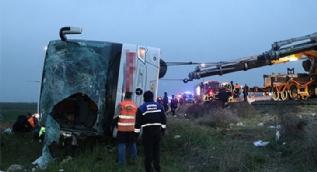 Yolcu otobüsü şarampole devrildi 4 ölü, 34 yaralı