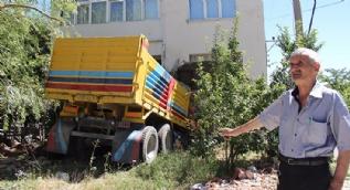 Kütahya'da freni patlayan kamyon eve girdi