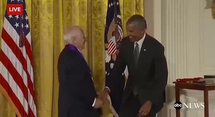 Canl� yay�nda Obama'n�n pantolonunu indirmeye �al��t�