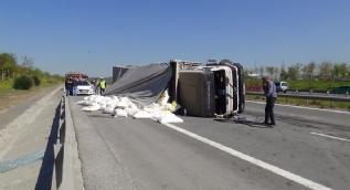 TEM'de un yüklü kamyon devrildi