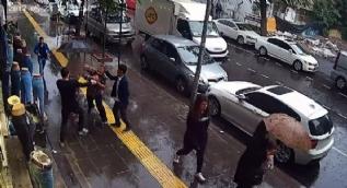 Yoldan geçen çifte 'Burada böyle yürüyemezsiniz' diyerek saldırdı... O anlar kamerada