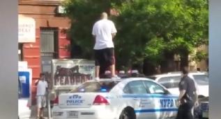 Polis arabasının üzerine çıkıp dans eden çılgın adam