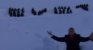 Hakkari'de insan halkasıyla karlı dağlara ''evet'' yazıldı
