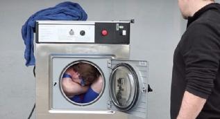 Kilitli 5 kelepçeyle çamaşır makinesinin içine girdi