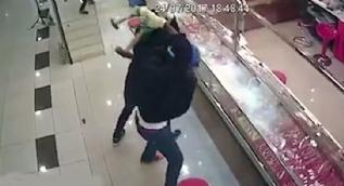 Kuyumcuyu soymaya çalışan hırsızlar şakına döndü