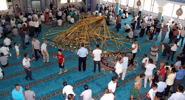 Kayseri'de cami cemaatinin �zerine avize d��t�: 11 yaral�