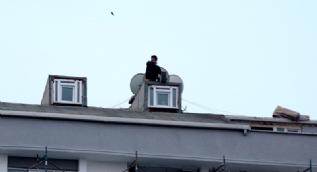 Esenyurt'ta çatıya çıkan kişi araçların üzerine kiremit attı