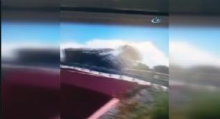 Beton mikserinin köprülü kavşaktan düşme anı kameralara yansıdı