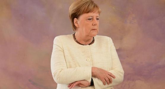 Almanya Başbakanı Angela Merkel yine titrerken görüntülendi