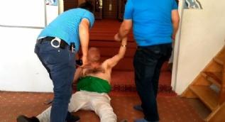 Camide namaz kıldıran imama ve cemaate saldırdı