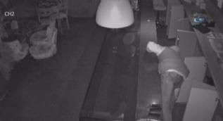 Baklavacıya giren arsız hırsız hem kasayı soydu, hem tatlı yedi...O anlar kamerada