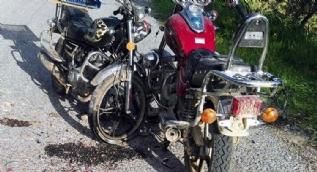 Aynı iş yerinde çalışan kardeşler motosikletle kafa kafaya çarpıştı