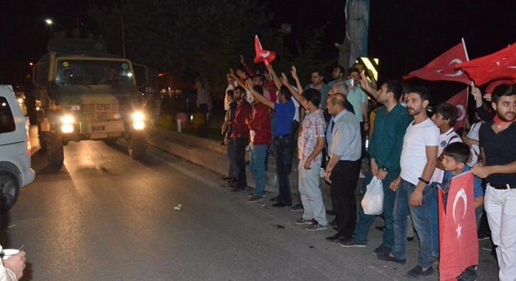 Askeri konvoyun �n�n� kesen vatanda�lar, Mehmet�ik�e sevgi g�sterisinde bulundu